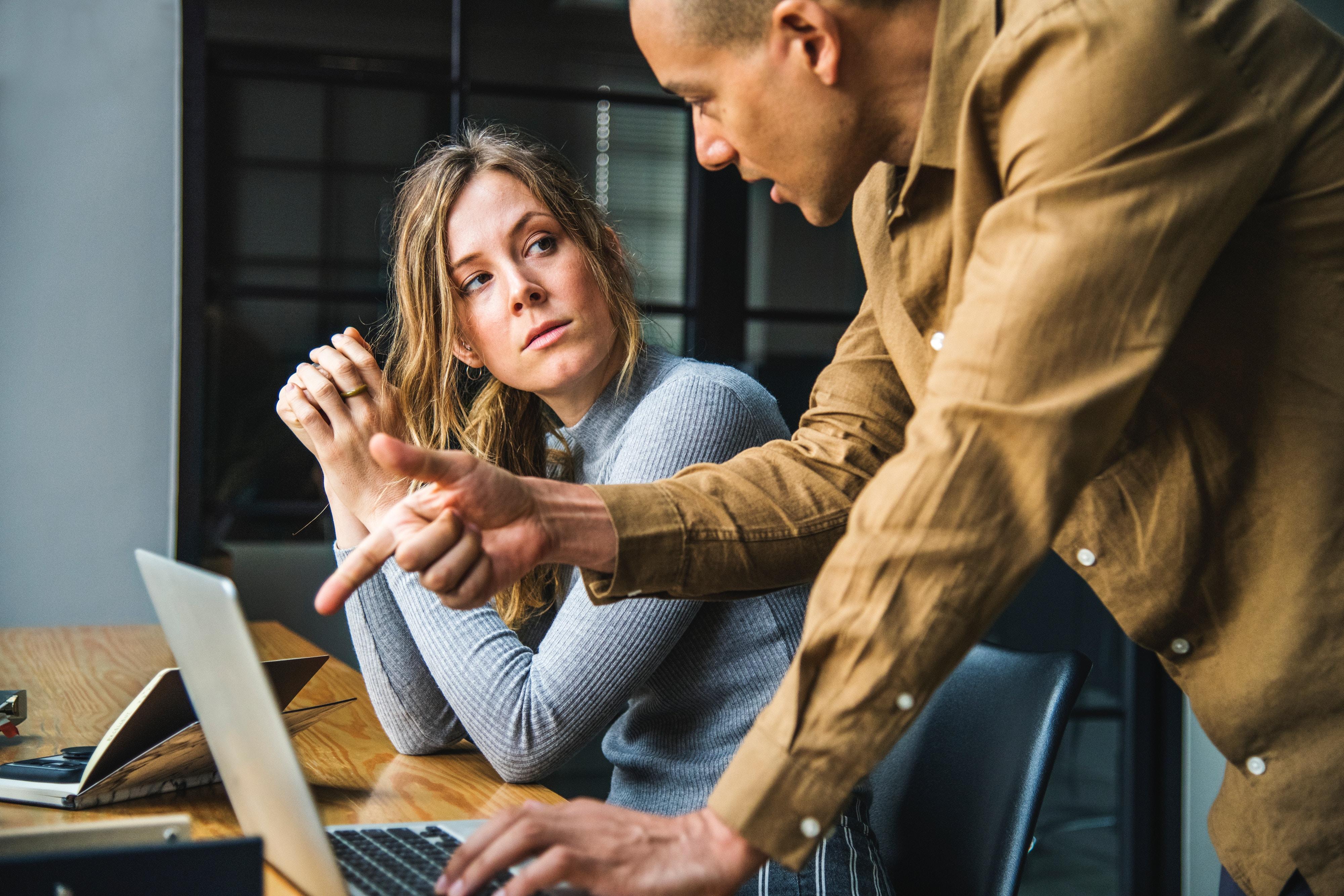 שני אנשים ליד שולחן עם מחשב.